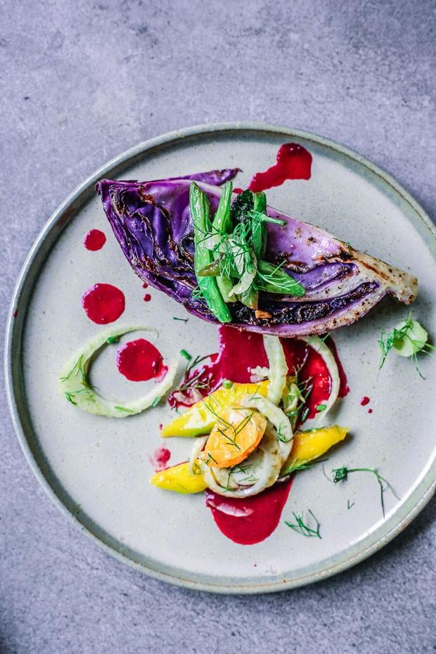 Salada grelhada! Receita leva repolho, manga e vagem e um molho agridoce delicioso (Foto: Simplesmente)