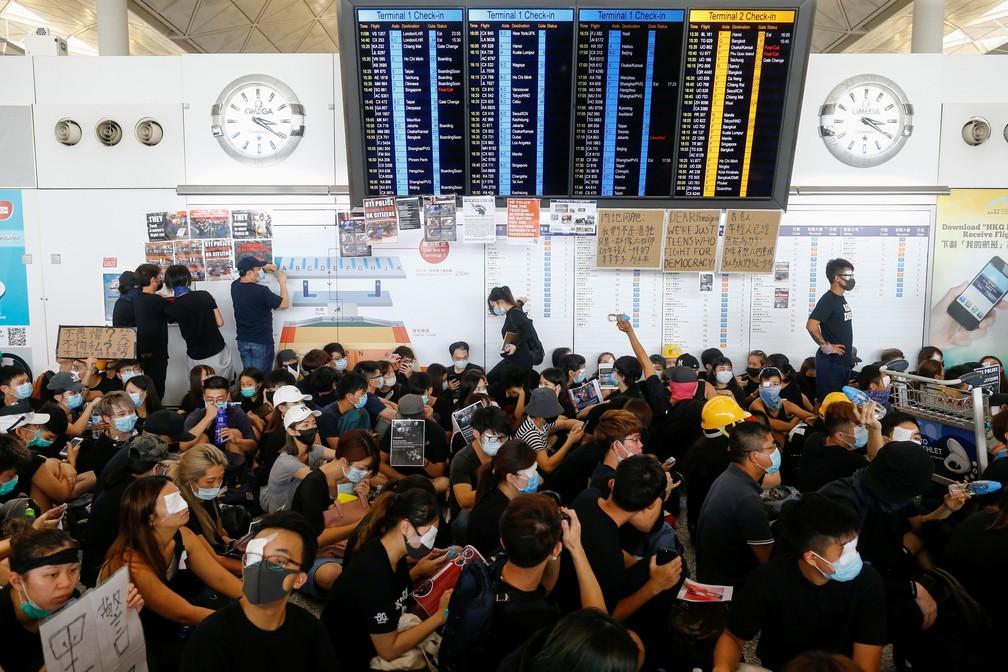 Manifestantes ocuparam o aeroporto de Hong Kong nesta segunda-feira (12), causando o cancelamento dos voos. — Foto: Thomas Peter/Reuters
