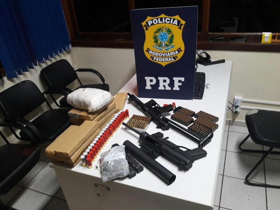 Armas apreendidas pela PRF no sábado (28), em Marechal Cândido Rondon, são submetralhadoras de uso restrito (Foto: Polícia Rodoviária Federal/Reprodução)