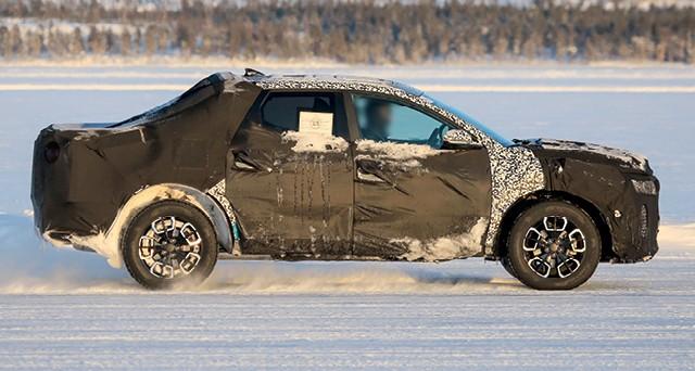A hyundai está na fase final de testes da sua inédita picape média pequena, a santa cruz. o modelo é feito sobre base de carro de passeio e será lançado até 2021 (Foto: Automedia)