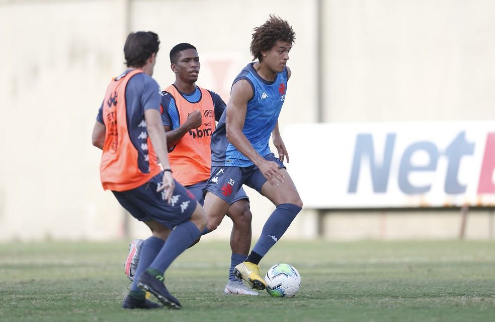 Observado por Juninho, Neto Borges conduz a bola durante treino do Vasco — Foto: Rafael Ribeiro/Vasco da Gama