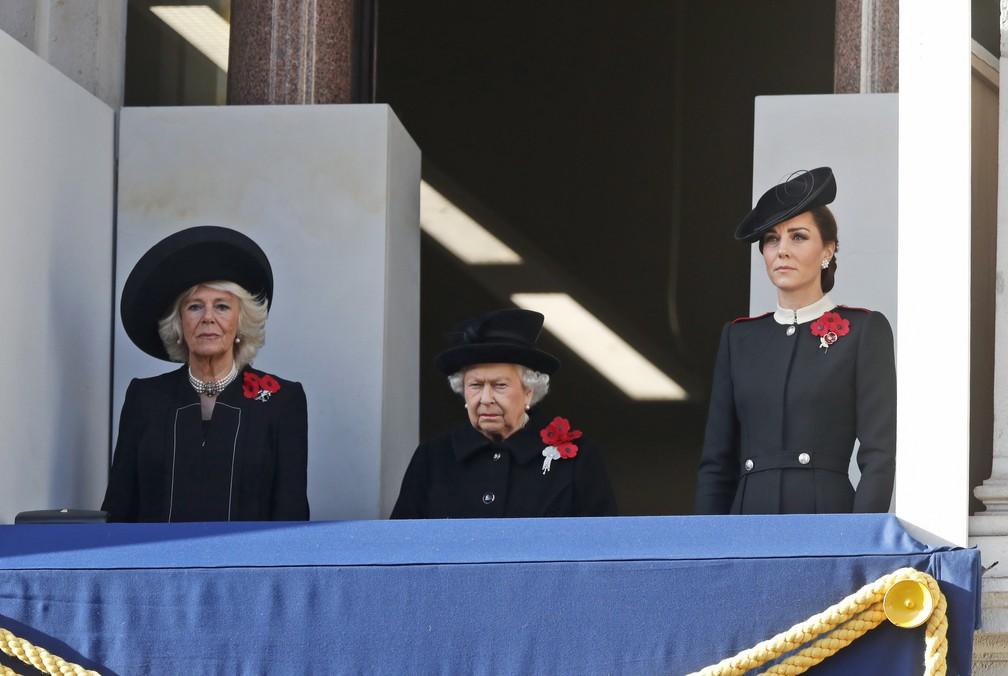 Rainha Elizabeth, duquesa de Cornwal, Camilla, e duquesa de Cambridge, Kate, assistem à cerimônia de homenagem aos mortos na Primeira Guerra Mundial neste domingo (11) no Cenotáfio de Londres — Foto: Alastair Grant/ AP Photo