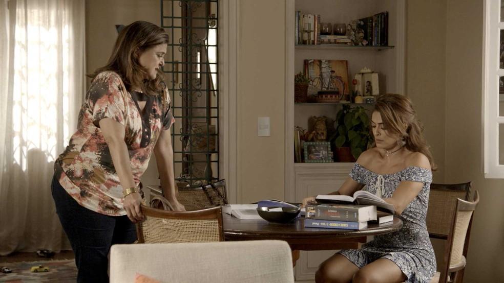 Aurora conta novidade sobre o ex-genro para a filha (Foto: TV Globo)