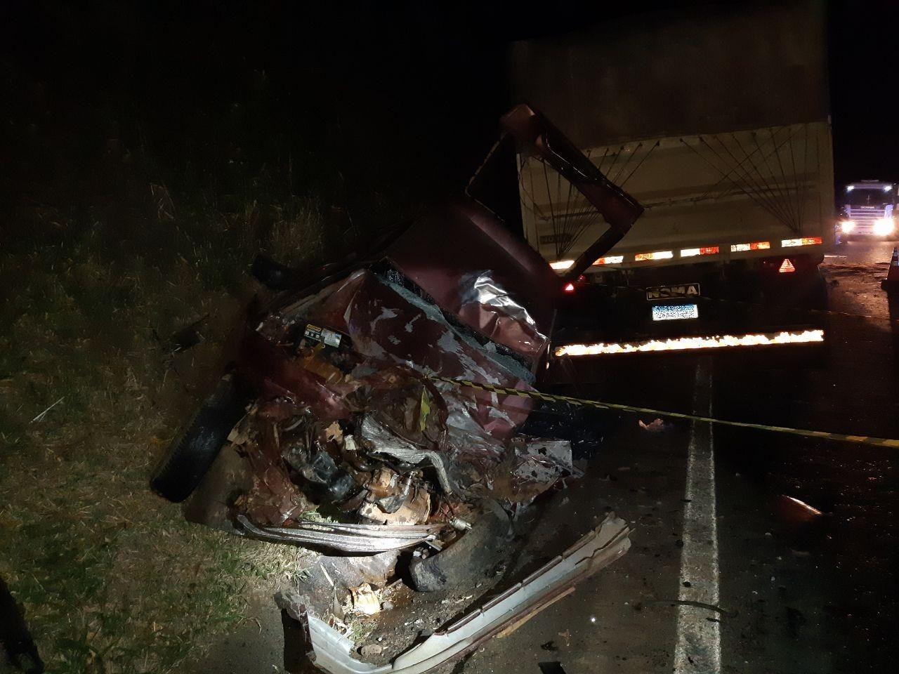 Homem morre em acidente entre carro e carreta na BR-376, em Ortigueira
