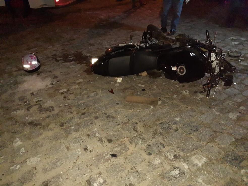 Moto em que casal trafegava ficou destruída após o acidente na BR-226, em Macaíba — Foto: Juliane Barreto/Inter TV Cabugi