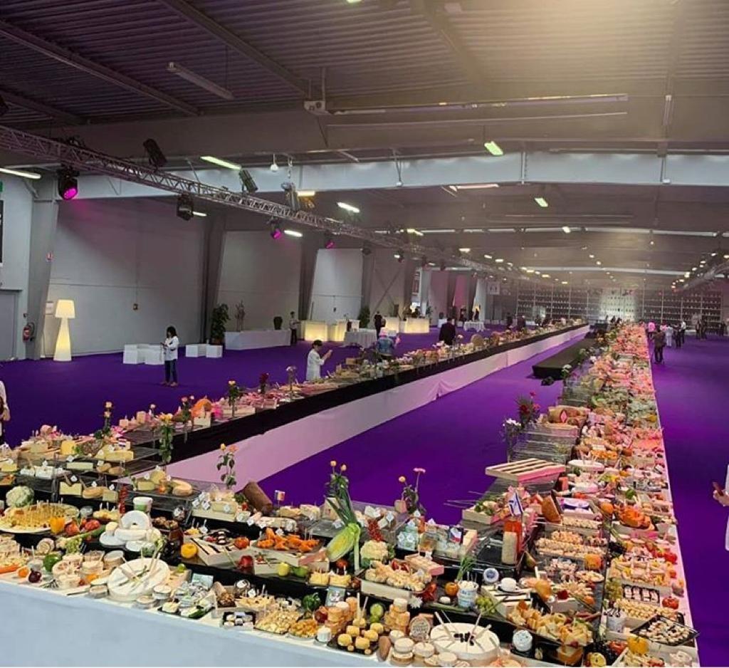 Mesa de 157m com queijos do mundo inteiro