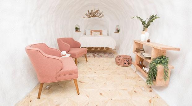 O interior da batata conta com cama queen size, poltronas, lareira e banheiro. (Foto: Divulgação)