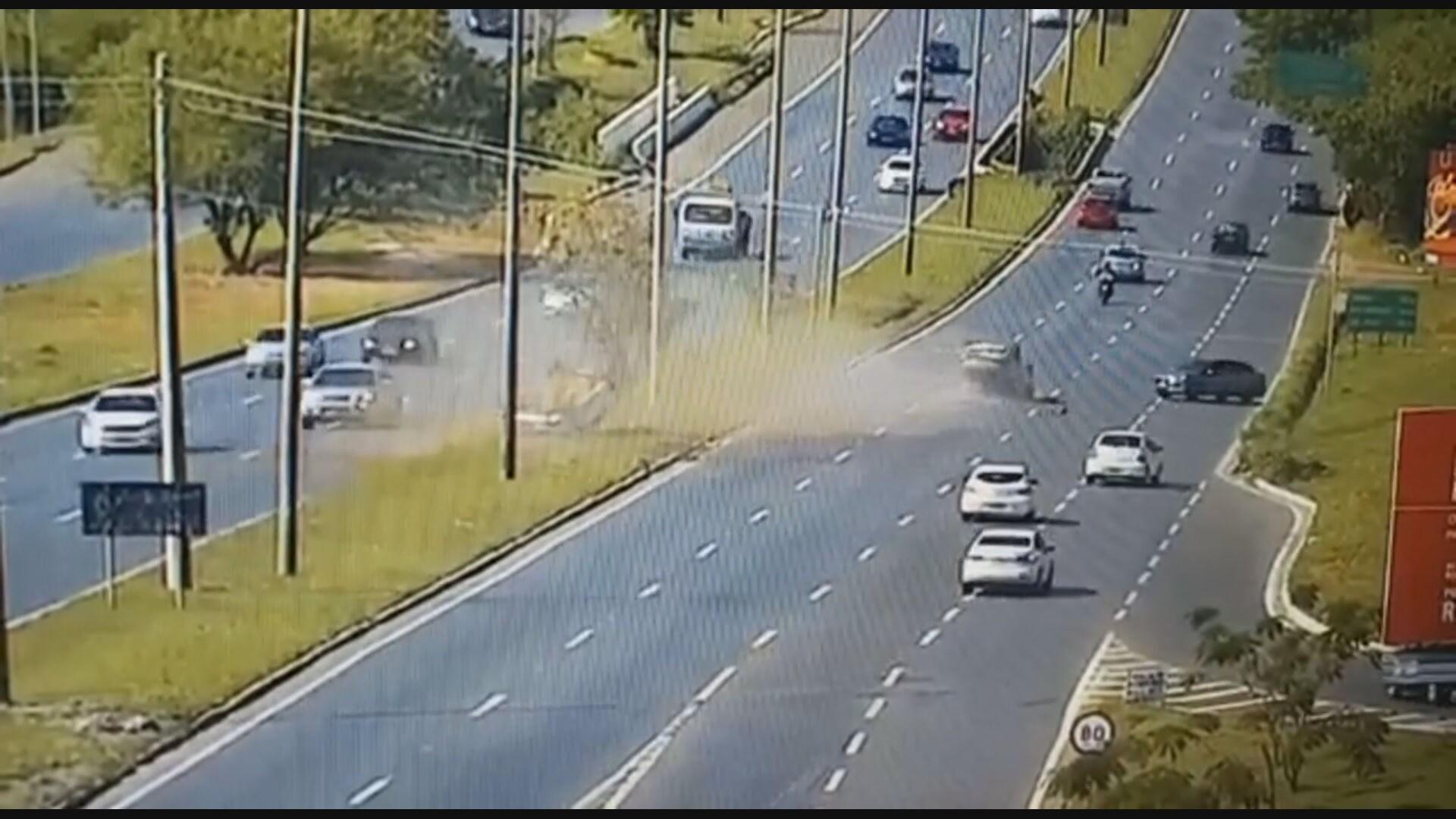 VÍDEO: carros capotam após colisão no DF, param com rodas para cima e motoristas saem ilesos