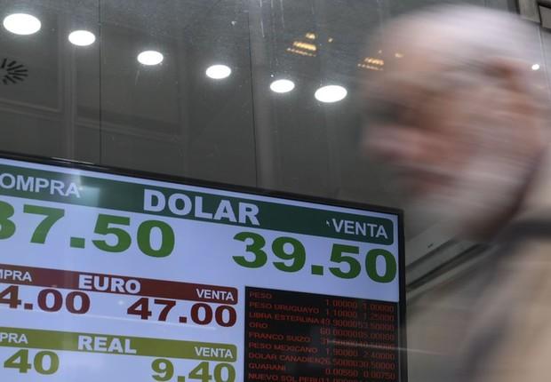 Casa de câmbio na Argentina em 3 de setembro; peso teve a maior desvalorização de todas as moedas globais perante o dólar (Foto: AFP)