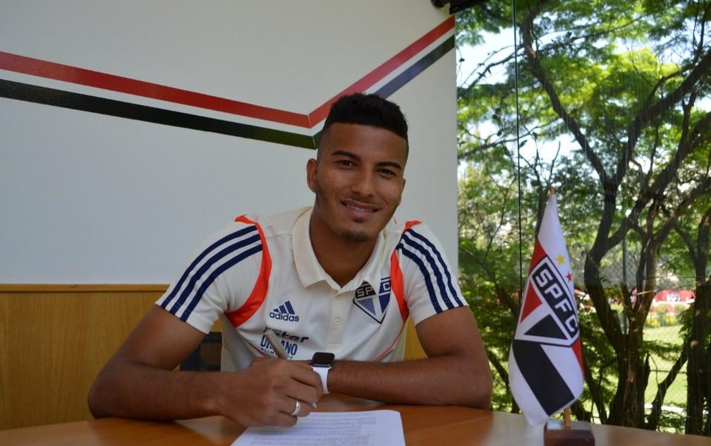 Walce assina renovação de contrato com o São Paulo — Foto: Divulgação/saopaulofc.net