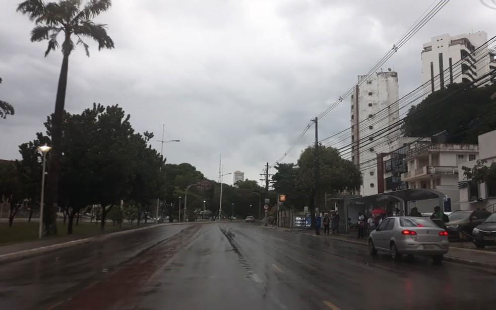 Céu nublado e pancadas de chuva predominam em Salvador neste domingo — Foto: Maiana Belo/G1