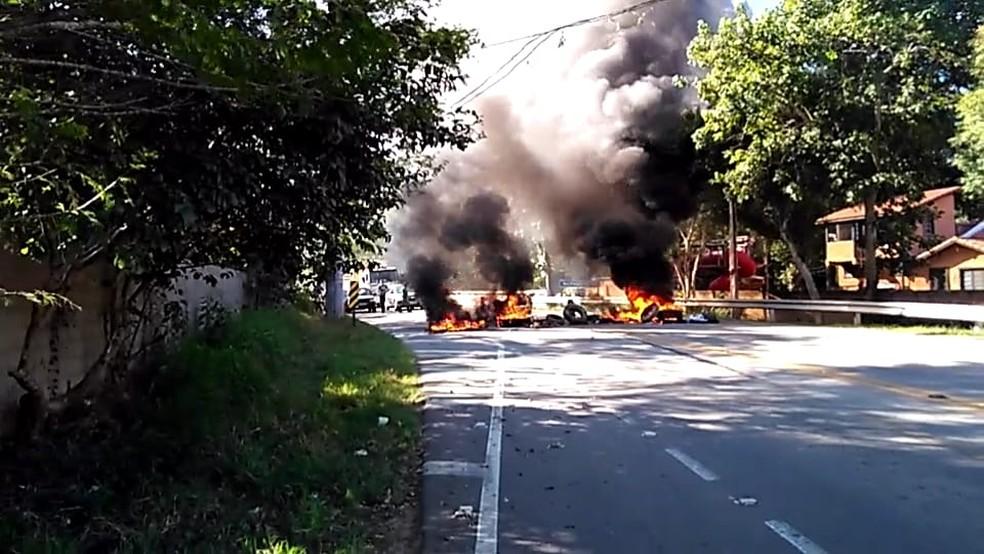 Vândalos ateiam fogo em pneus e bloqueiam Avenida Nilo Máximo  (Foto: Arquivo Pessoal/Rafael Herminio )