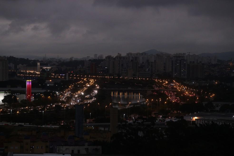 Vista da zona norte de São Paulo com céu encoberto, garoa e frio às 16h desta segunda- feira (19). â?? Foto: Alex Silva/Estadão Conteúdo