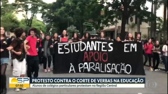 Alunos de universidades públicas protestam contra bloqueio de verba em Campos, no RJ
