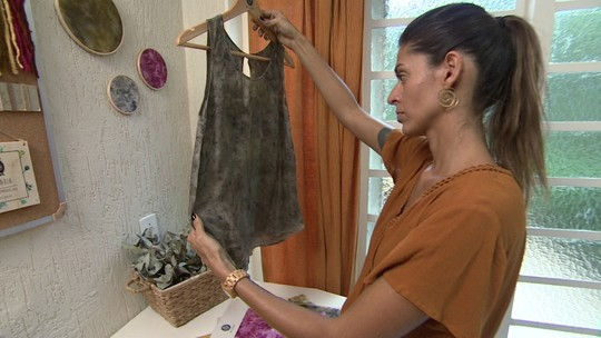 Ateliê se especializa em tingimento natural de tecidos e faz sucesso