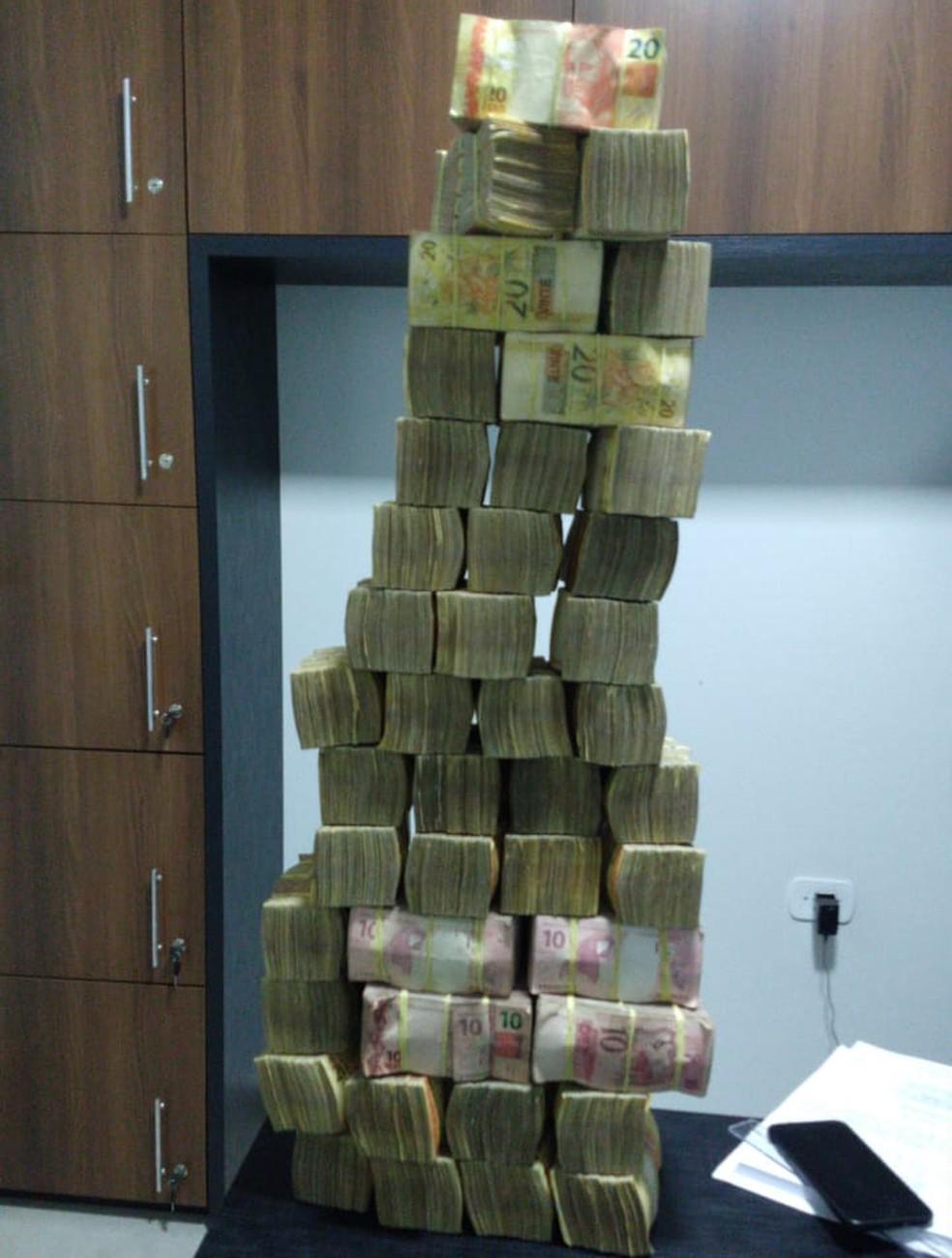 Durante o atendimento, a polícia encontrou uma mala com quase R$ 500 mil — Foto: Divulgação/Polícia Civil