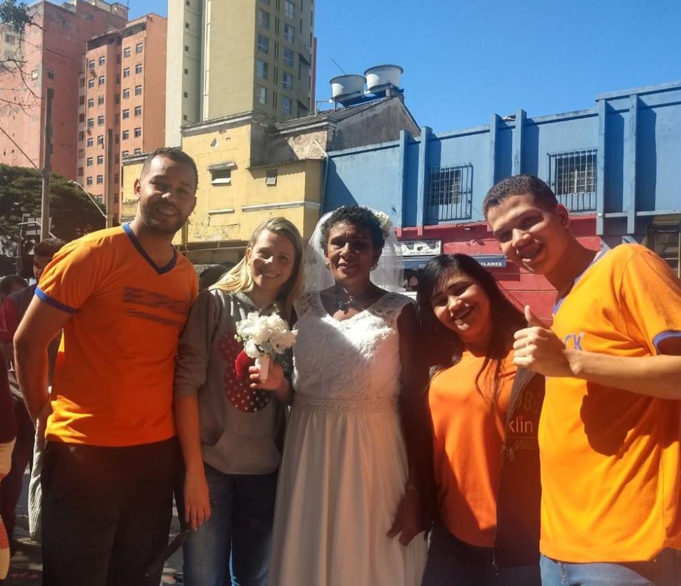 Cristiane e os colegas com a noiva Selma — Foto: Cristiane Aparecida da Cunha/Arquivo Pessoal