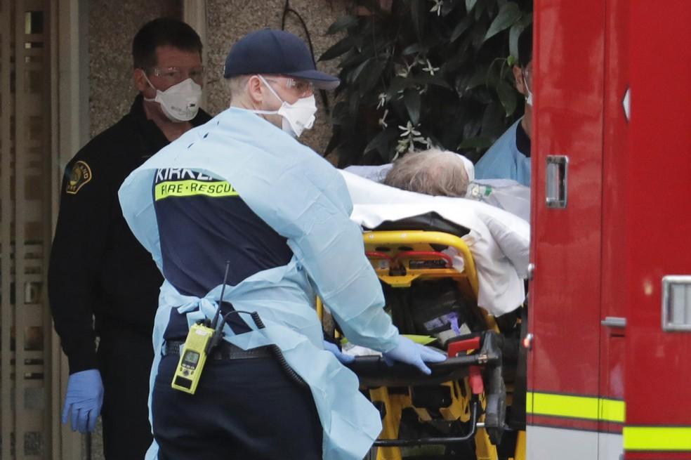Paciente é carregado para ambulância na terça-feira (10), no em hospital do estado de Washington. — Foto: Ted S. Warren/AP