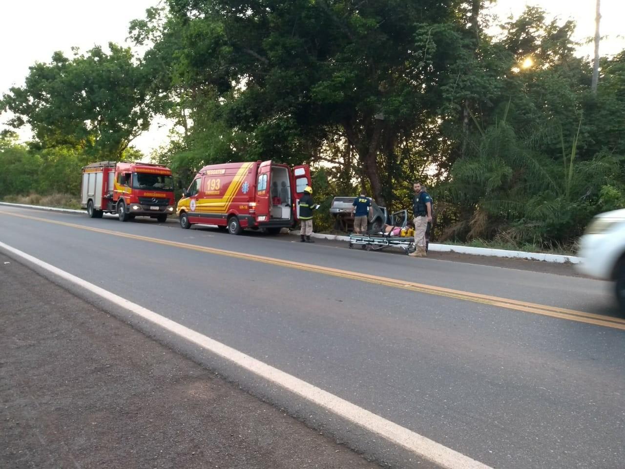 Cinco pessoas ficam feridas após caminhonete sair de pista e bater em árvore - Radio Evangelho Gospel
