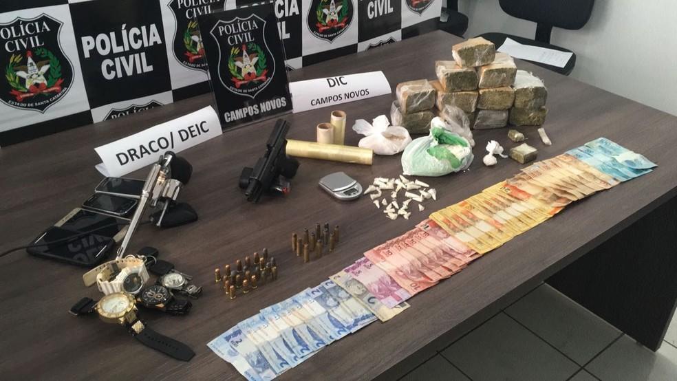 Polícia apreendeu drogas, armas e munições com grupo (Foto: Polícia Civil/Divulgação)
