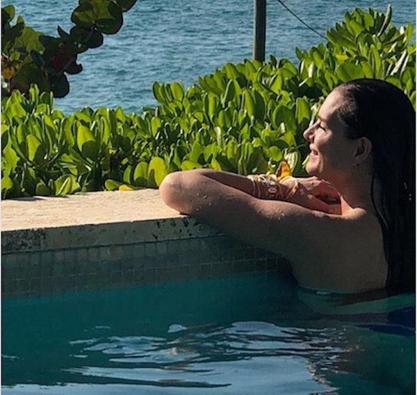 A atriz Brooke Shields de férias em uma praia (Foto: Instagram)