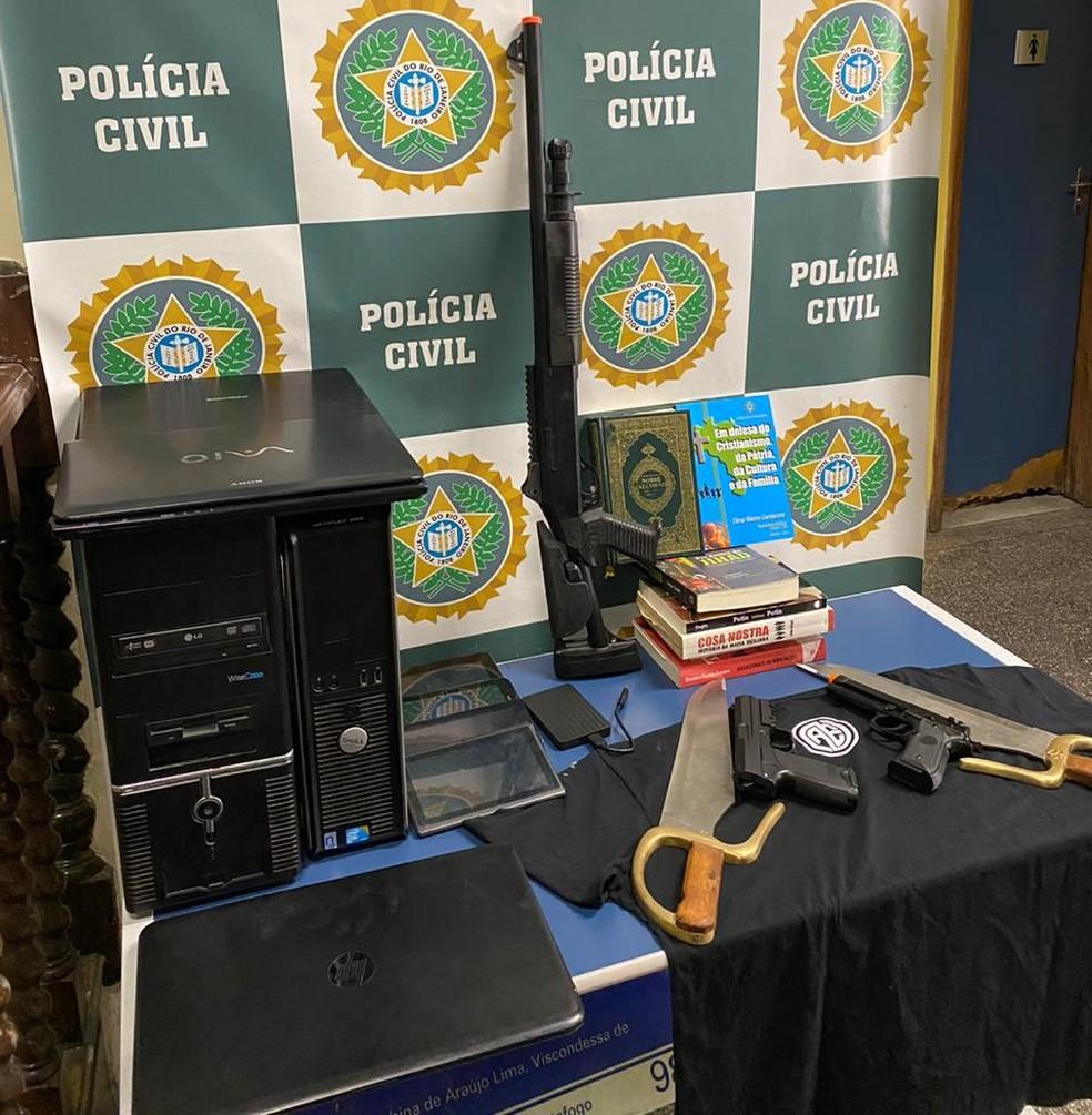 Material apreendido durante operação para prender suspeito de ataque ao Porta dos Fundos — Foto: Divulgação