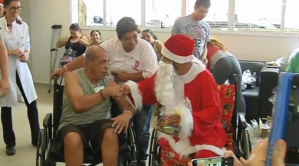 O novo Papai Noel do centro de reabilitação de Marília, durante a entrega de presentes — Foto: TV TEM/Reprodução