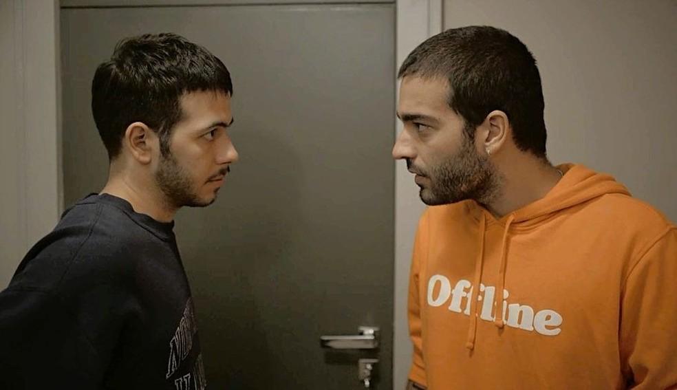 Sandro (Humberto Carrão) tenta ajudar Vinícius (Antônio Benício) e Amanda (Camila Márdila) em 'Amor de Mãe' — Foto: Globo