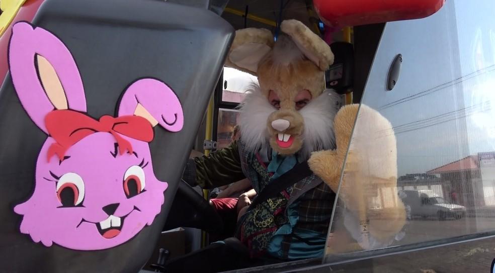 O motorista do transporte coletivo Luciano Farias transformou a comemoração da Páscoa em uma tradição na linha de ônibus — Foto: Reprodução/RPC