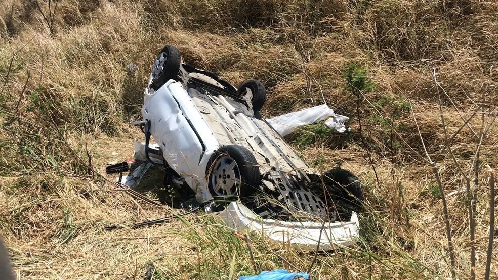 Veículo saiu da pista e capotou na BR-020, em Maranguape. (Foto: João Pedro Ribeiro/TVM)