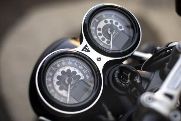 Painel clássico tem ponteiros analógicos de velocímetro e tacômetro e displays digitais (Foto: Divulgação)
