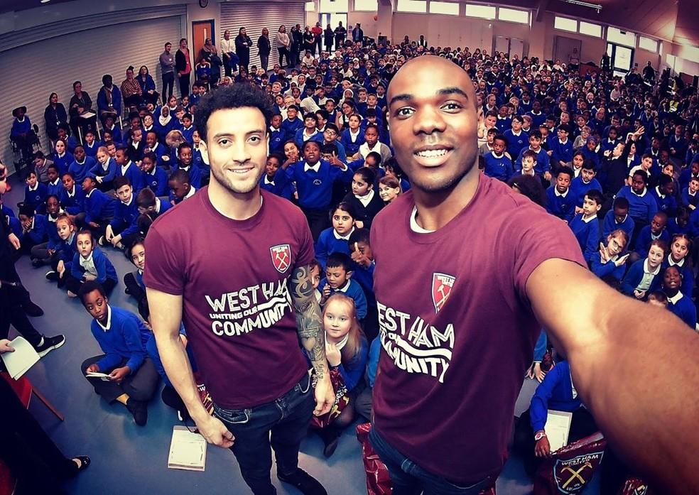 Felipe Anderson e Ogbonna visitaram escola em Londres — Foto: Reprodução/Instagram