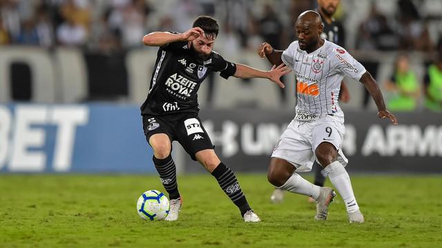 João Paulo disputa lance com Vagner Love