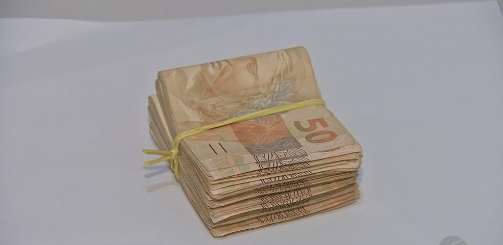 Polícia prendeu funcionário e recuperou R$ 5 mil furtados de banco em Jaciara — Foto: TV Centro América/Reprodução