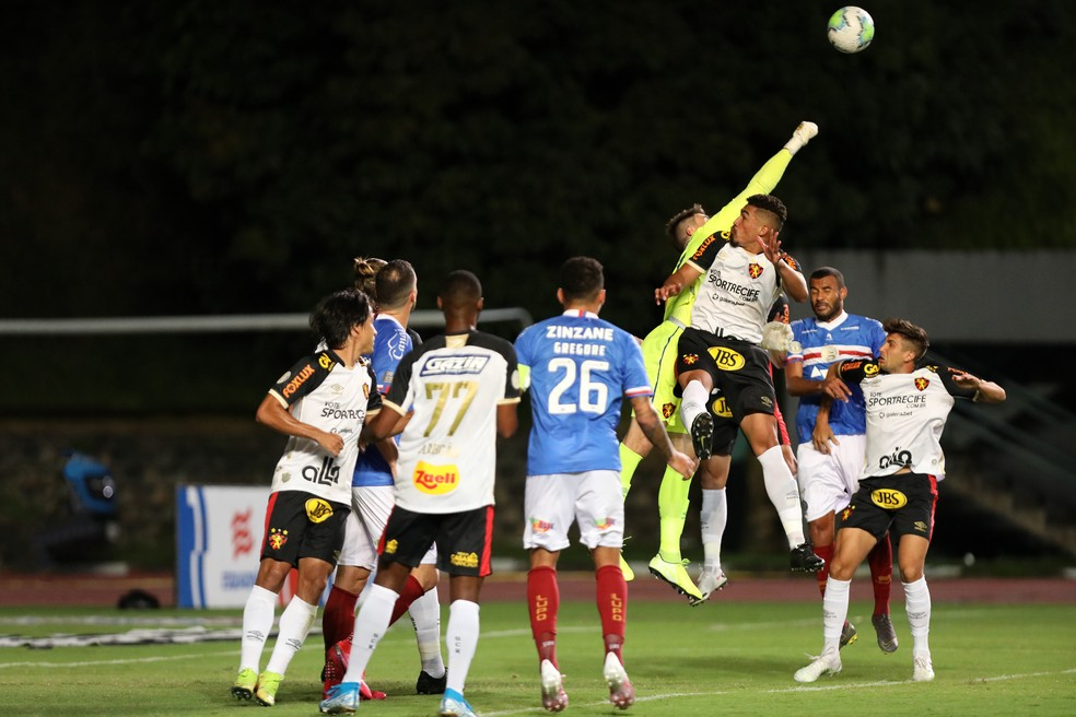Luan Polli sai para defesa, na vitória do Sport sobre o Bahia, a última fora de casa do Leão  — Foto: Felipe Oliveira / EC Bahia