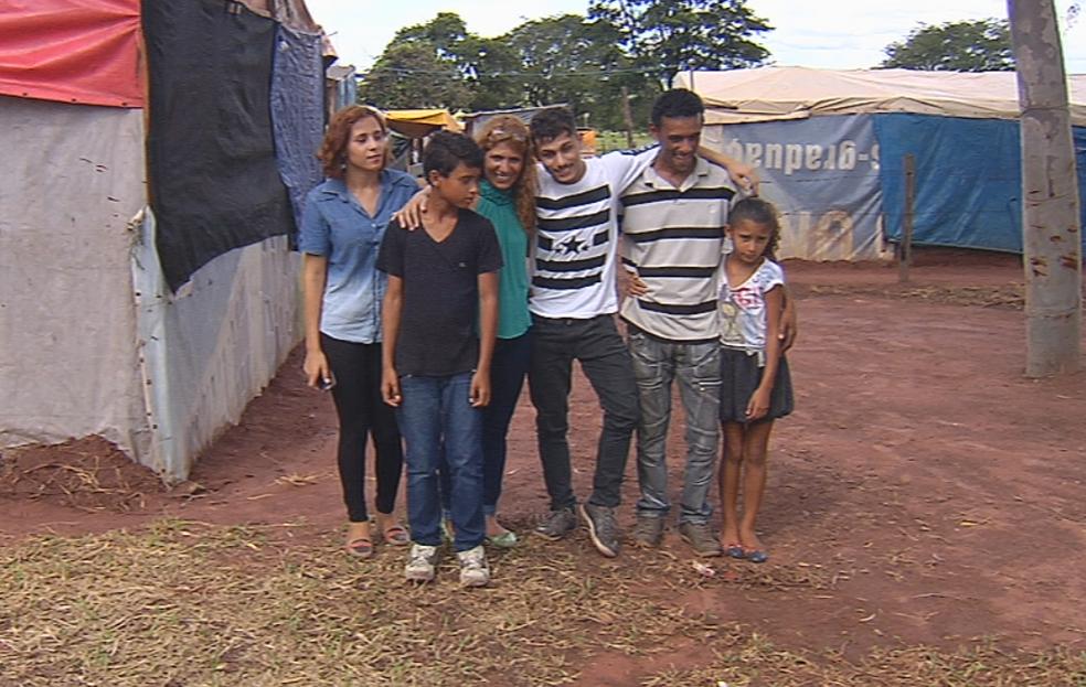 Jovem viveu parte da infância e assentamento rural, onde os familiares ainda moram  (Foto: Reprodução/TV TEM)
