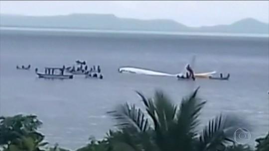 Avião com 47 pessoas a bordo faz pouso na água