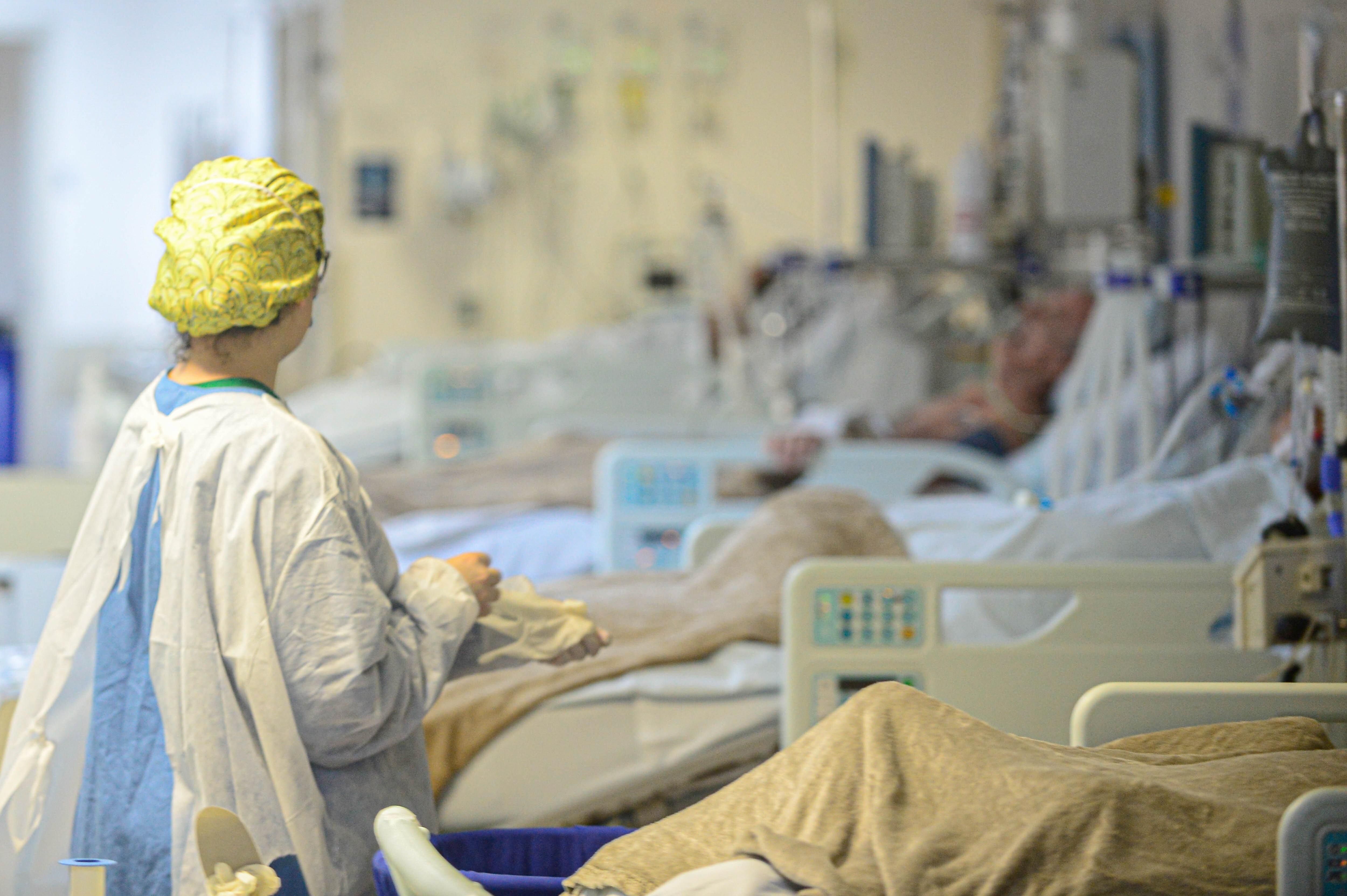 SC teve média de 1 morte por dia de paciente à espera de UTI adulto Covid na 1ª quinzena de abril