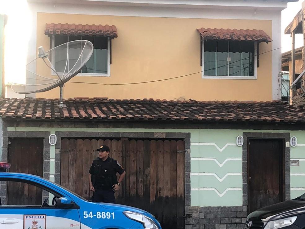 Polícia cumpre mandado em endereço em Paracambi, na Baixada — Foto: Edivaldo Dondossola/G1