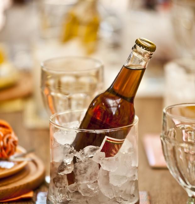 Imagem de uma mesa, com cervejas em potes de gelo (Foto: Ricardo Corrêa / Editora Globo)