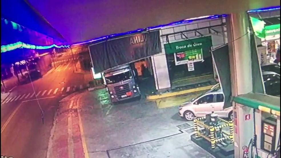 Câmera de segurança mostra momento de acidente que matou 5 pessoas em Guarulhos, na Grande SP   (Foto: Reprodução/TV Globo )