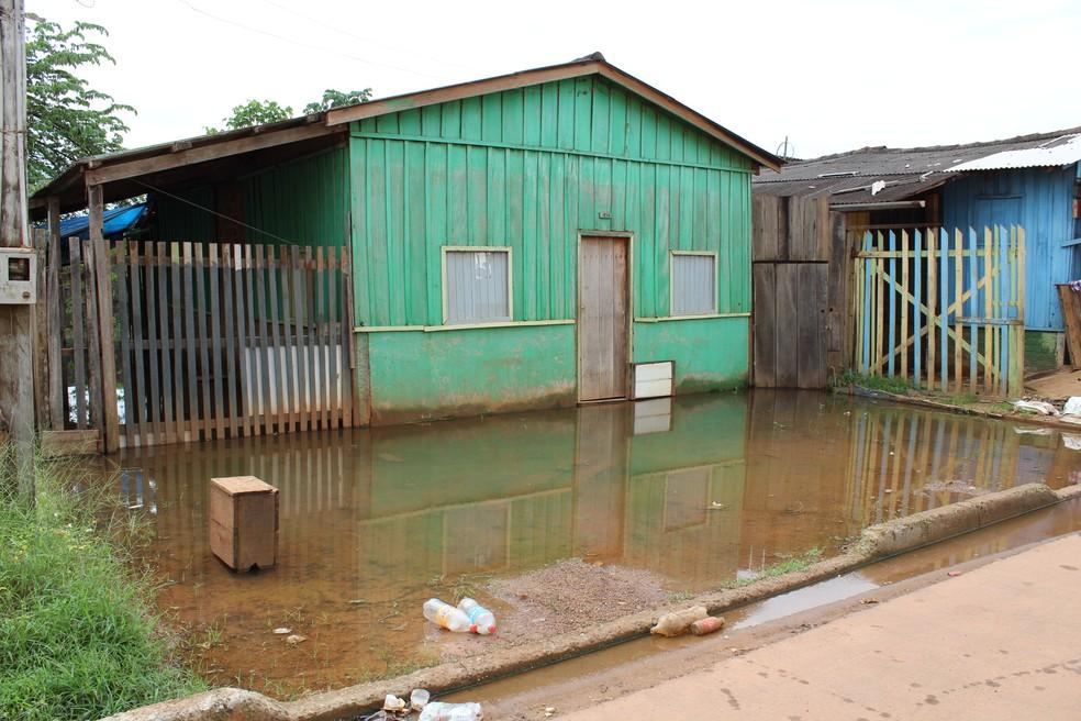 Água já invadiu várias residências no Bairro Triângulo, mas alguns moradores não querer sair do local onde moram  (Foto: Júnior Freitas / G1 RO )