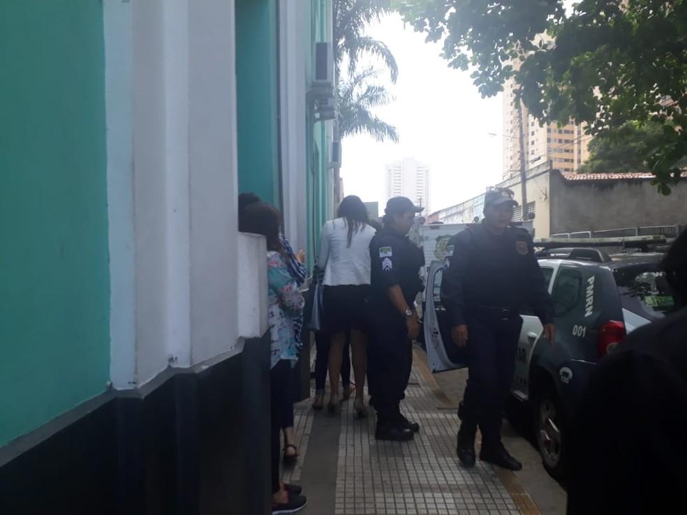 Policiais militares acompanham Ana Augusta Simas na sede do Itep, onde ela fez exames de corpo de delito — Foto: Vinícius Veloso/Tribuna do Norte