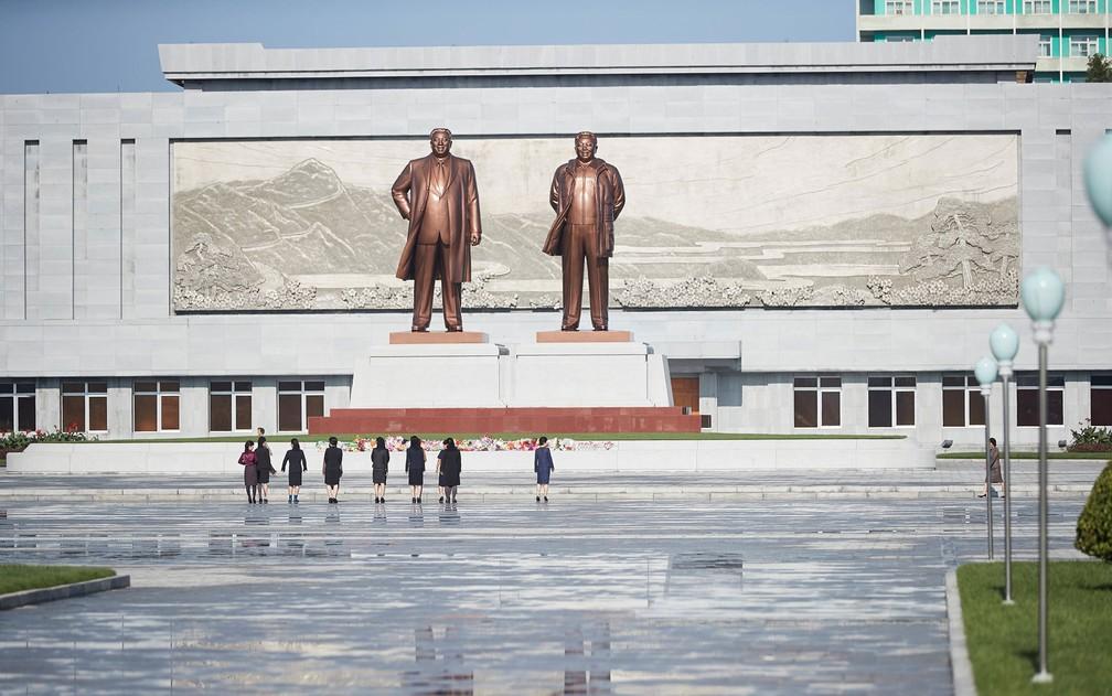 Estátuas dos antigos líderes norte-coreanos Kim Il Sung e Kim Jong Il, avô e pai de Kim Jong-um, são vistas na cidade de Wonsan em foto de outubro de 2016 (Foto: Christian Peterson-Clausen/Handout via Reuters)