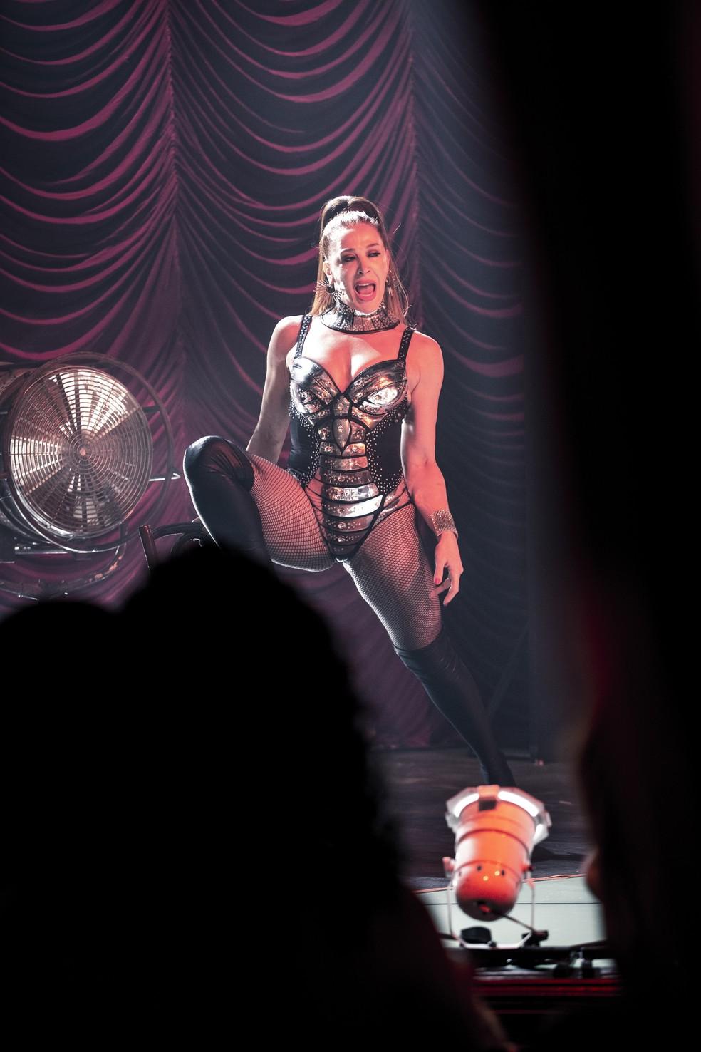 Lid Pantera (Claudia Raia) arrasa em show com look coladinho, em 'Verão 90' — Foto: Fabiano Battaglin/Gshow