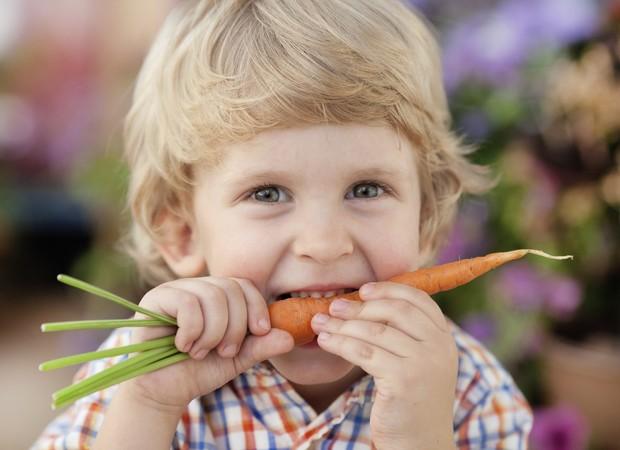 É preciso fazer com que a criança prove pelo menos de 8 a 12 vezes o mesmo alimento (Foto: Thinkstock)