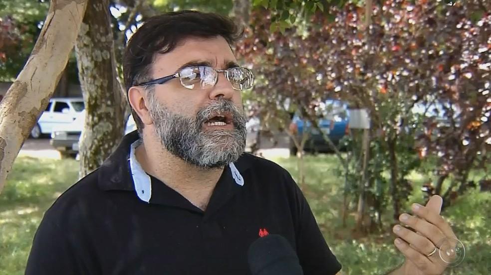 Valdinei Campanucci, supervisor de saúde ambiental de Botucatu, fala sobre morcegos achados com o vírus da raiva (Foto: TV TEM/Reprodução)
