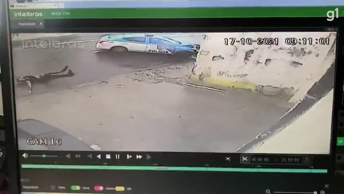 VÍDEO: suspeito é lançado a mais de 4 metros de distância depois de colisão entre viatura da PM e moto