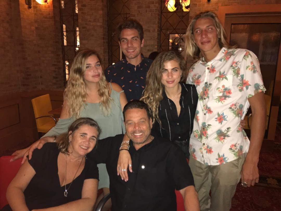 Michelle Avila e Christian Kent à direita e família de Michele (Foto: Reprodução Instagram)