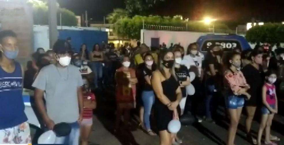 A policial militar Sylvia Rafaella, que foi morta a tiros pelo ex-marido também PM, foi homenageada com uma vigília por moradores e policiais de Ibotirama, na BA — Foto: Reprodução/TV Bahia